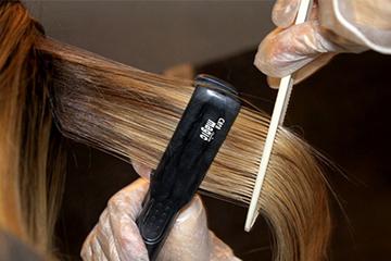 Выпрямление волос утюжком после нанесения кератина