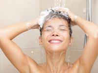 Мытье головы шампунем от перхоти