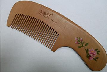 Качественная деревянная расческа для жирных волос