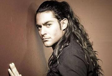 Мужчина с длинными волосами