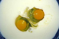 Кефир и яйца для маски