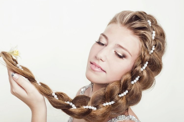 Коса с вплетениями
